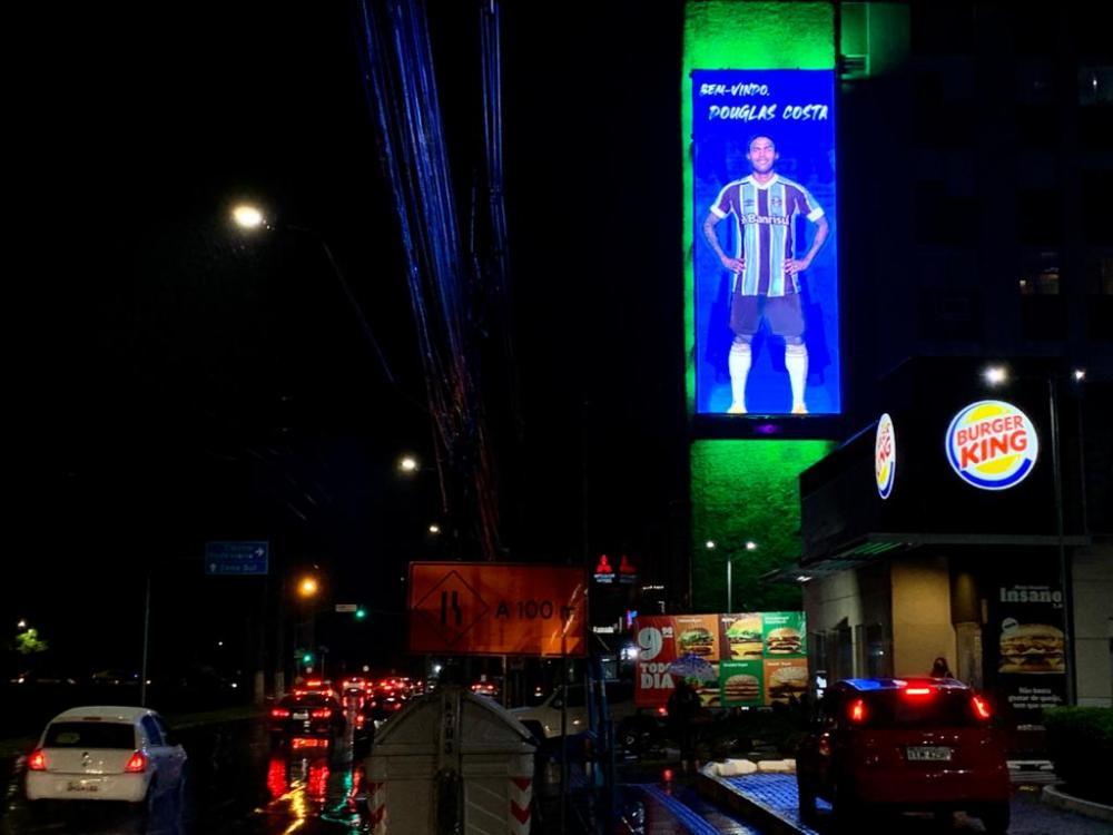 Douglas Costa entusiasma la tifoseria del Gremio. La sua immagine campeggia già nelle strade di Porto Alegre
